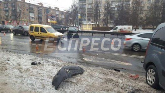 Проспект Победы вКиеве встал в огромной пробке из-за масштабного ДТП
